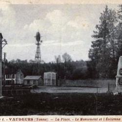 La place, le monument, et l'éolienne